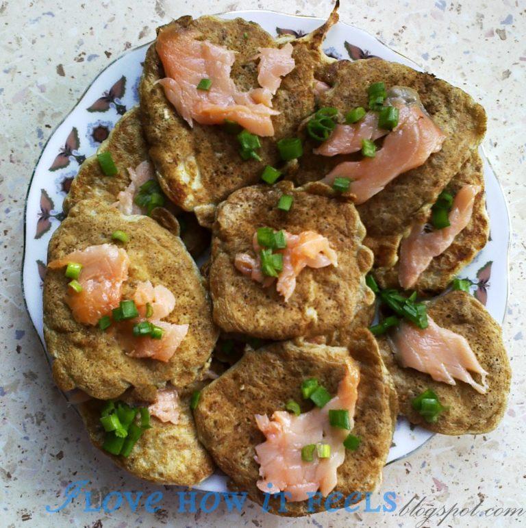 Owsiane placki z łososiem i mozzarellą